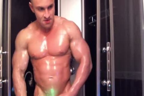 Bodybuilder Shower webcam